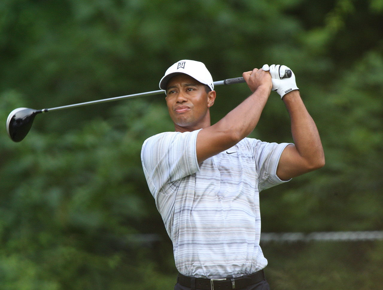 1280px-tiger_woods_drives_by_allison_1280